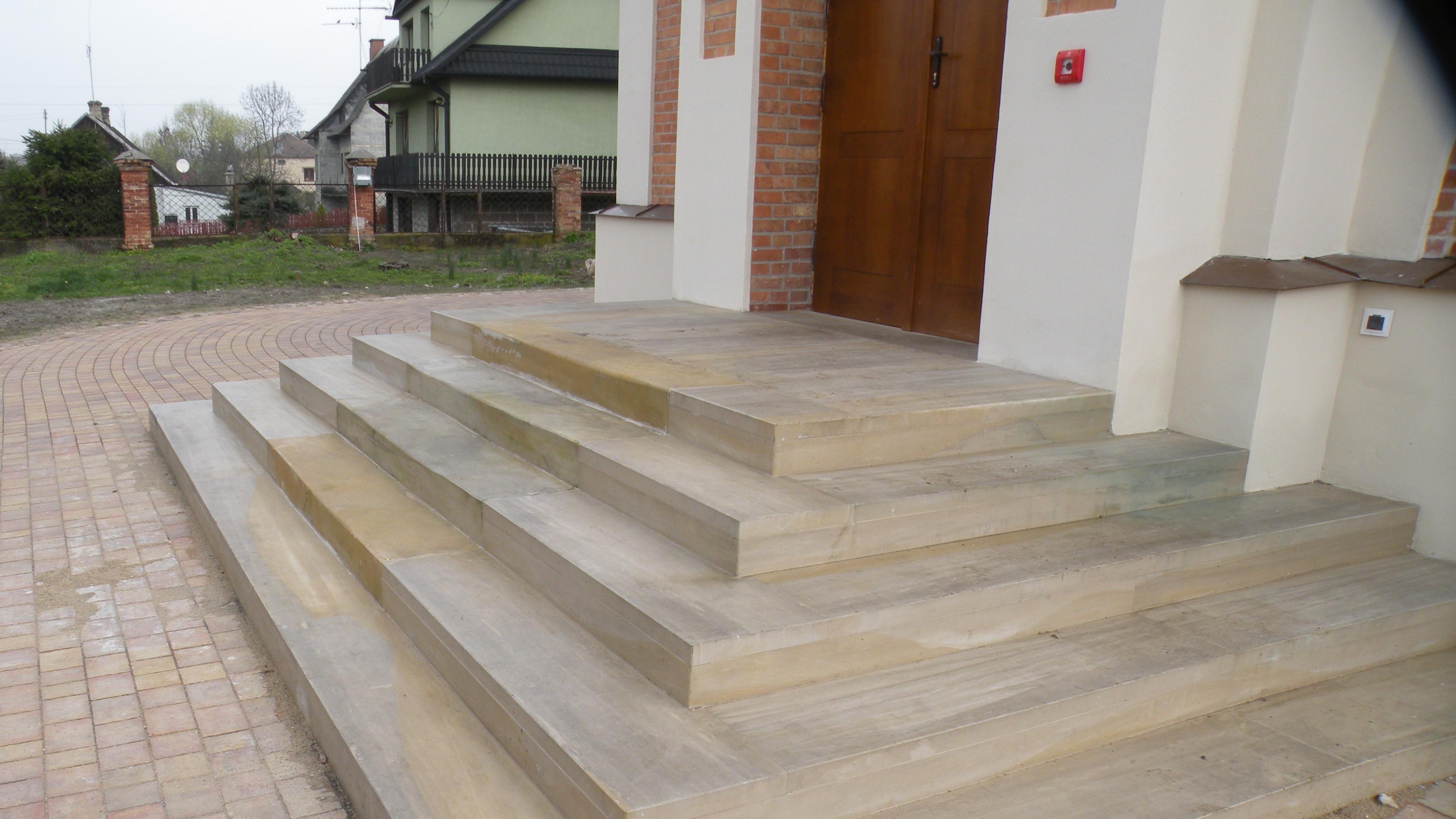 Realizacja schodów zpiaskowca wCerkiew Opieki Matki Bożej wSławatyczach