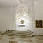 Białystok, Parafia PW. Św. Kazimierza Królewicza, posadzka prezbiterium, ołtarz, lektorium, ściana tabernakulum, Carrara, Madura Gold, Kashmir White.